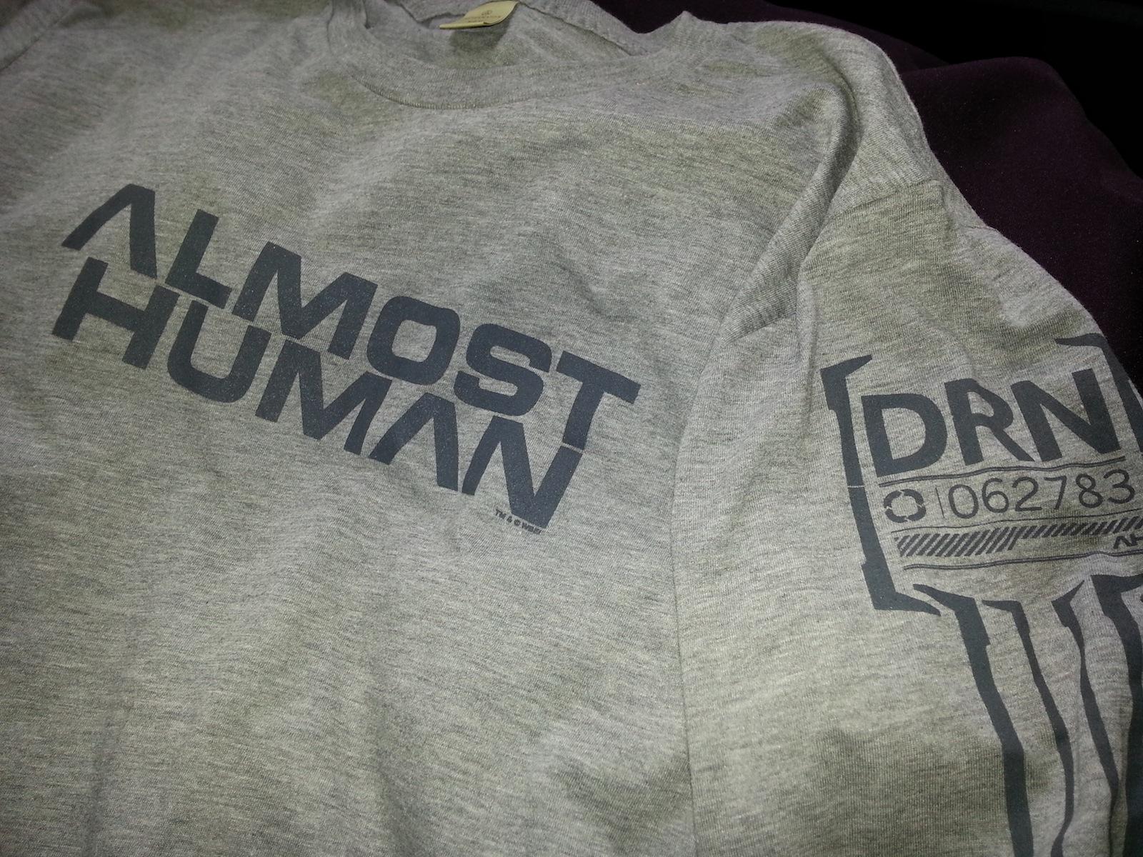 Elvan a gyerek, ha játszik: nyerjen Almost Human-pólót Ön!
