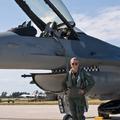 Julie, az F-16-os vadászpilóta