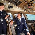 Kapitány és lánya a Boeing B777-es pilótafülkében