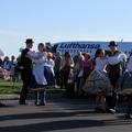 Népi táncosok csárdással fogadták a Hévíz-Balaton repülőtér betonján a német utasokat