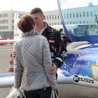 Zsuzsi, a pilótafeleség elbúcsúztatta a Földközi-tenger körberepülésére indult férjét