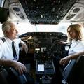 Apa és lánya a pilótafülkében