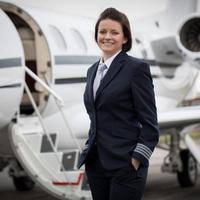 Danielle, a luxus magánrepülőgép kapitánynő