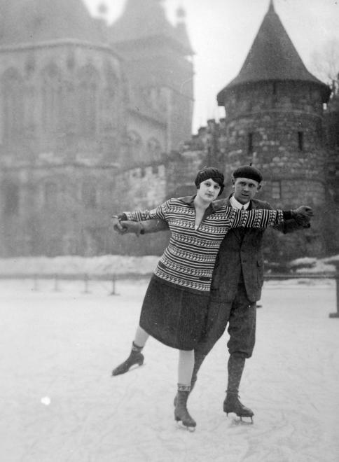 Korcsolyázó pár 1934-ben a városligeti Műjégpályán.