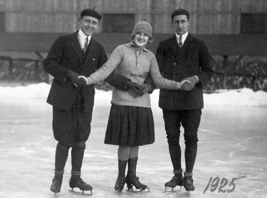 Korcsolyázó fiatalok 1925-ben.