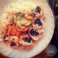 Рулет из куриной грудки со шпинатом и фета сыром, с тушёными овощами и рисом
