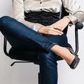 Keresztbe tett lábbal ül? Azonnal váltson testhelyzetet!