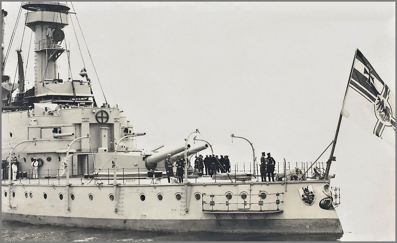 II. Vilmos császár a II. Vilmos császár csatahajó tatfedélzetén.