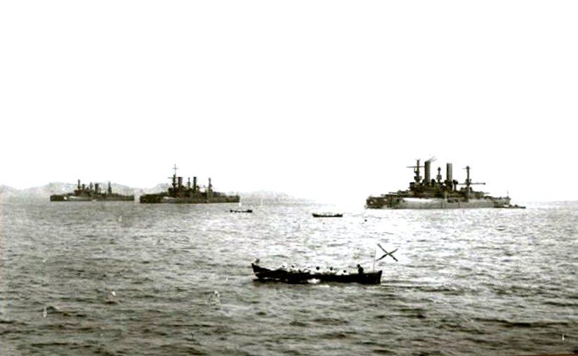 A három testvérhajó, a Petropavlovszk, a Poltava, és a Szevasztopol csatahajók Port Arthurban.