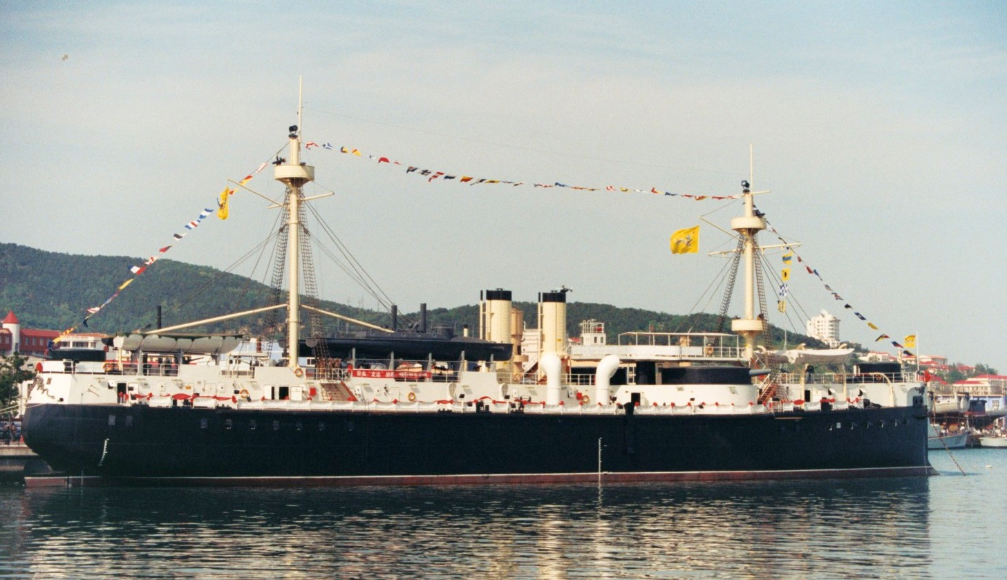 A kínaiak, jobb dolguk nem lévén, a közelmúltban megépítették a Dingyuan 1/1 méretarányú replikáját, mely múzeumhajóként Weihai (Weihaiwei) kikötőjében horgonyoz.