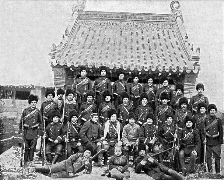 Orosz katonák fényképezkednek Kínában, a boxer lázadás idején.