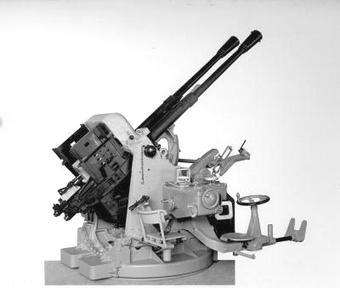 Az olasz hadihajókon nagy számban használt 37 mm-es Breda ikergépágyú. Ezeket a légvédelmi lövegeket építették volna be a Design 770 hatcsövű lövegtornyaiba is.