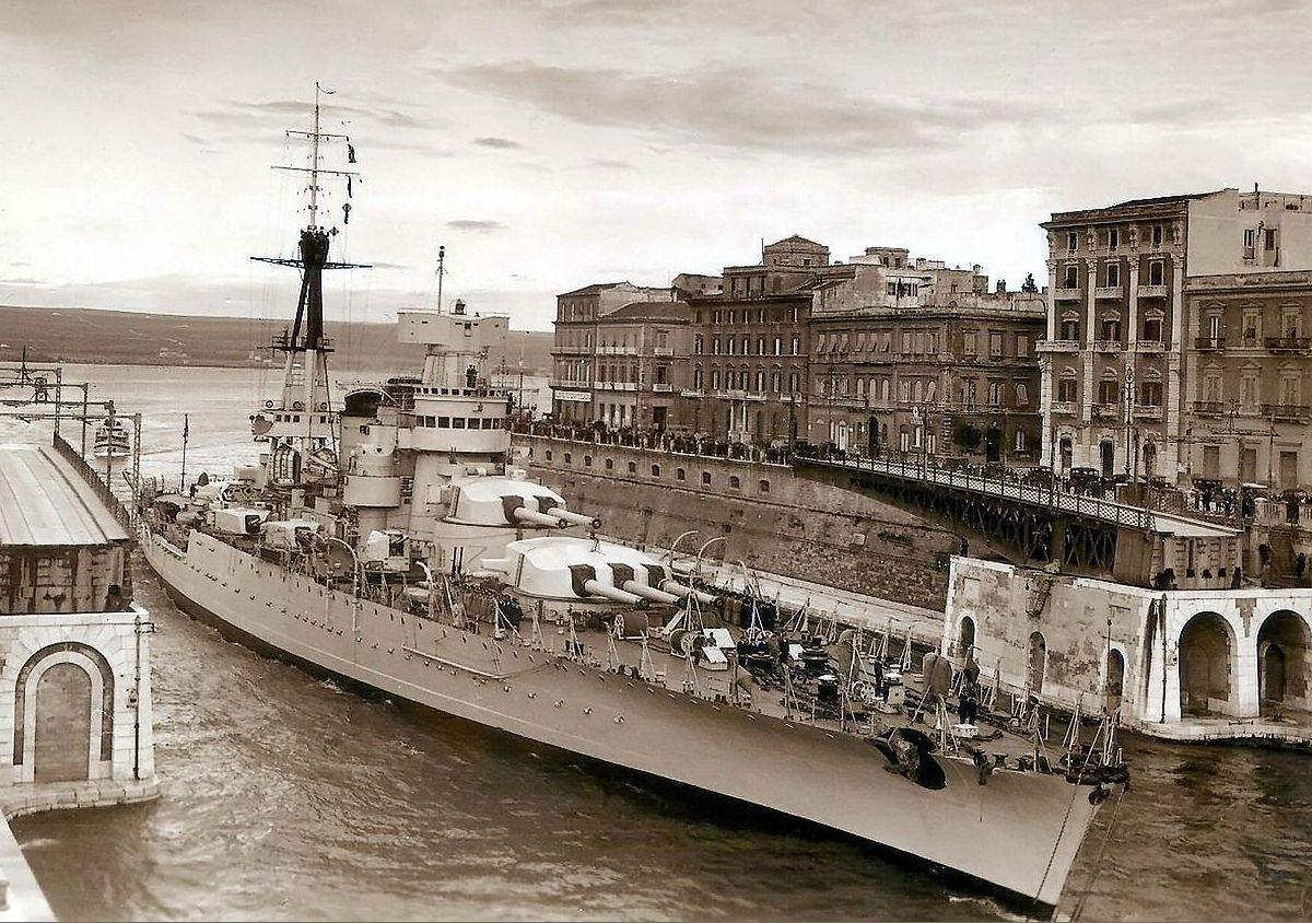 A Giulio Cesare csatahajó 1938-ban, az átépítés után. A csatahajó itt éppen a tarantói külső és belső kikötőt összekötő csatornán halad át.