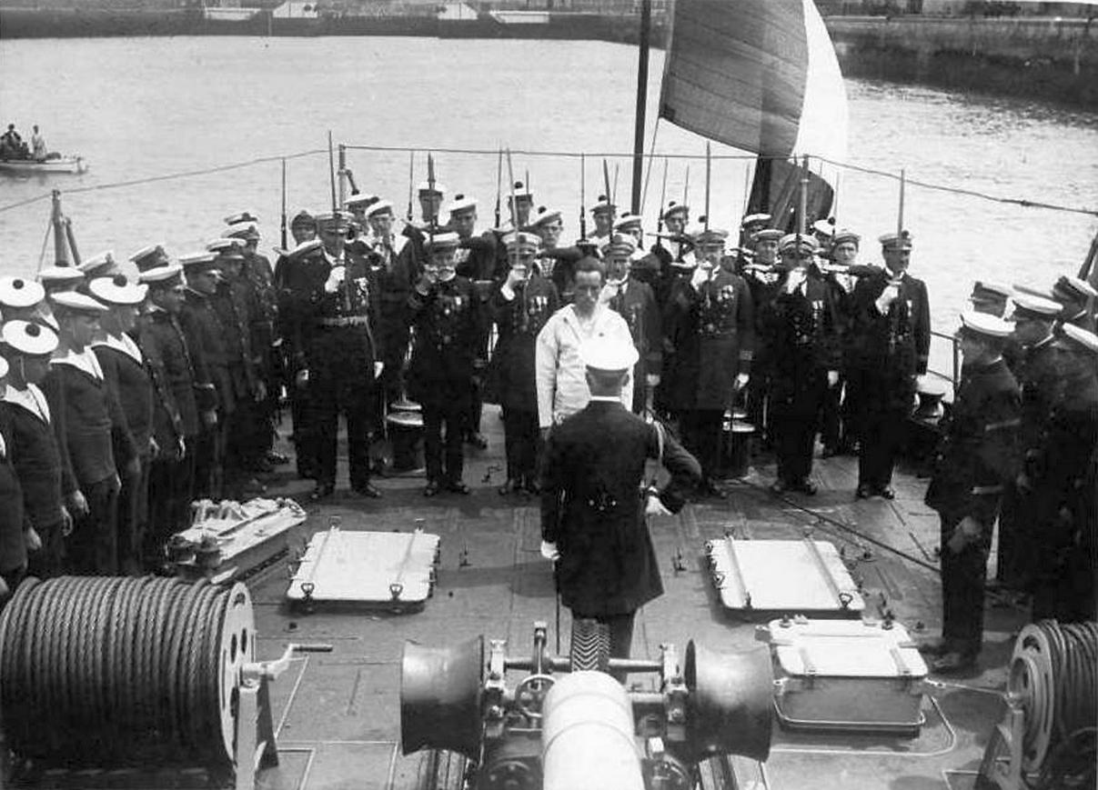 Kitüntetési ceremónia egy hadihajó fedélzetén.