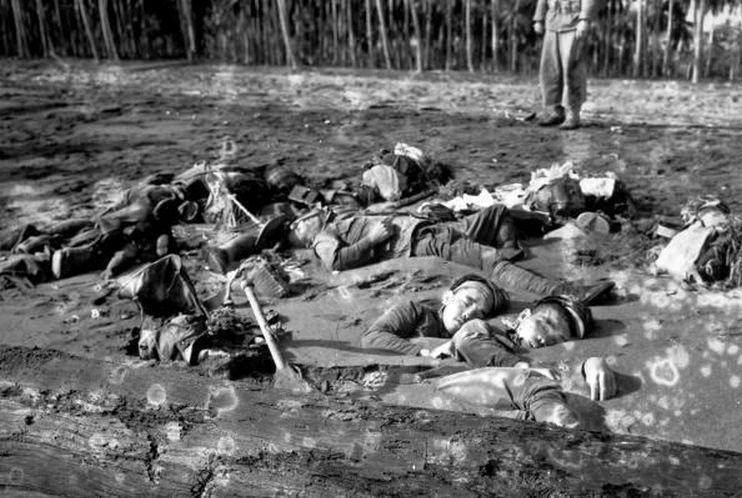 Japán katonák holttestei, az egyik banzai attack után.