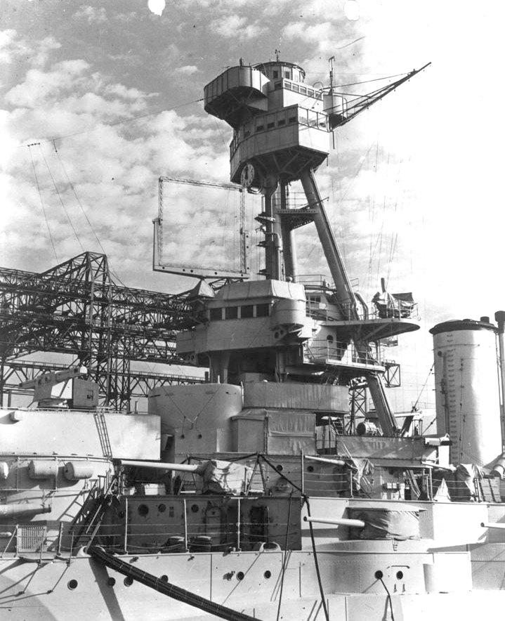 Egy kísérleti XAF légtérfigyelő radar antennája a New York csatahajón, 1939-ben.