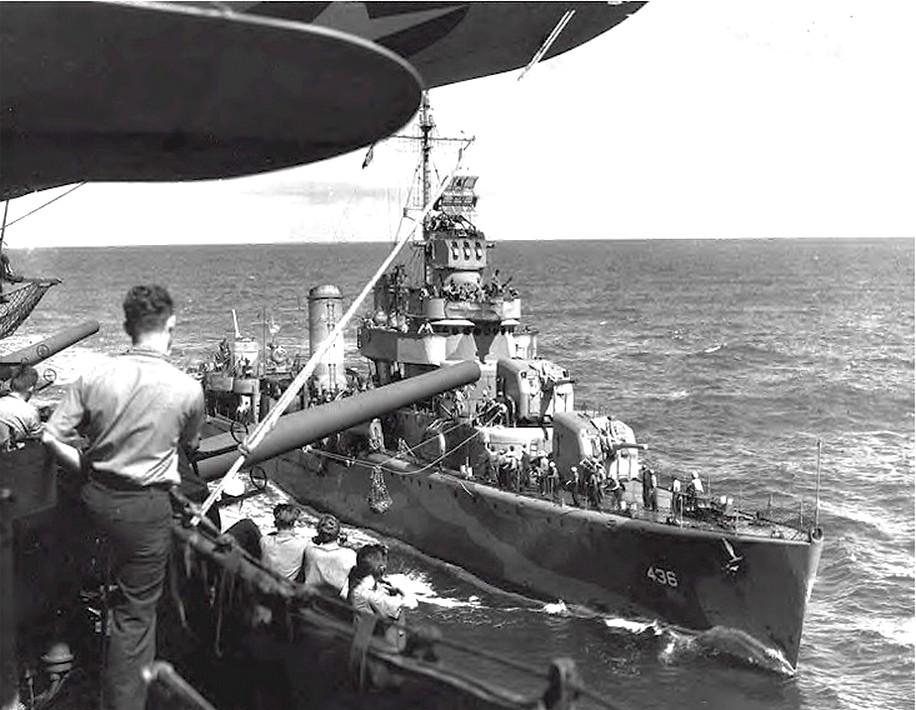 A Monssen a postát szállítja az Enterprise-ra, 1942 nyarán.