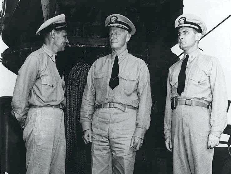 Nimitz a flotta újdonsült hőseivel. Jobbra a San Francisco elsőtisztje, Bruce McCandless, balra Herbert Emery Schonland, a cirkáló kárelhárításának parancsnoka.