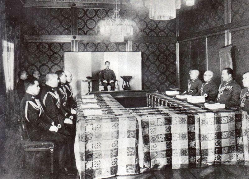 A japán legfelsőbb haditanács egyik 1943-as, a császár részvételével megtartott gyűlése. A kép alapján ítélve hangulatos összejövetel lehetett az ilyesmi.