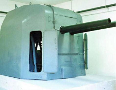 A Montecuccoli cirkáló egyik 100 mm-es ikerlövegtornya, a La Spezia-i tengerészeti múzeumban.