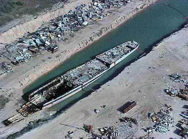 A bontás alatt álló Cabot maradványai 2002-ben.