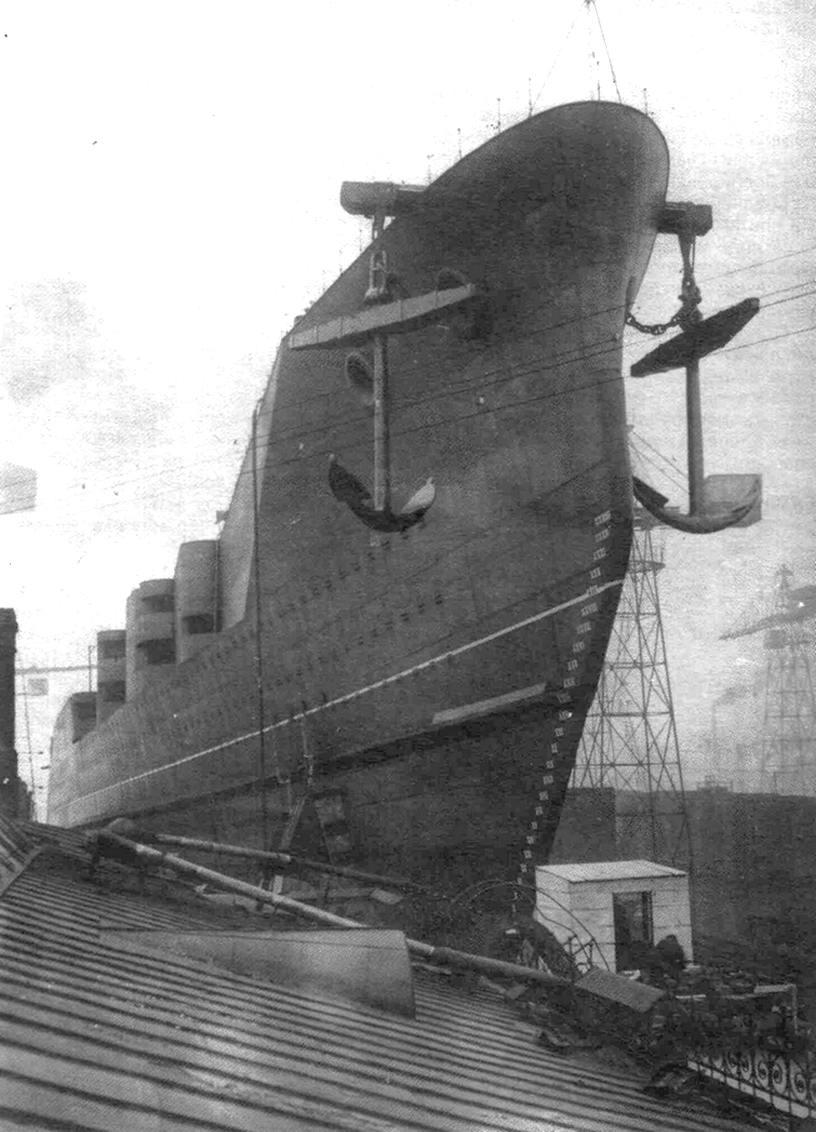 Vízrebocsátásra váró, Borogyino osztályú csatacirkáló.