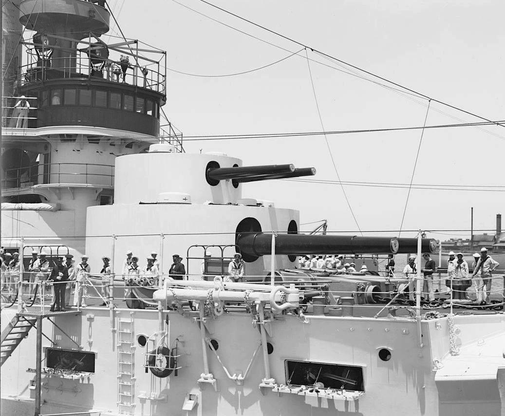 Egy double-decker lövegtorony a Keasarge csatahajón.
