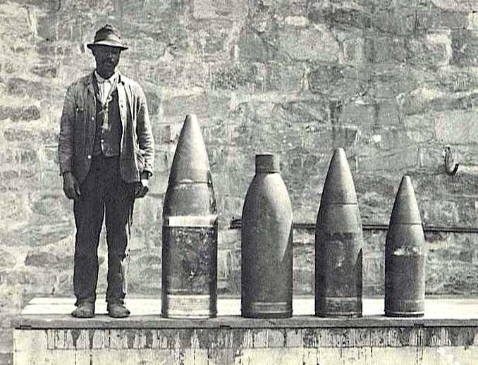 Amerikai nehézgránátok. Jobb oldalon egy 254 mm-es, középen két 305 mm-es, balról egy 356 mm-es.