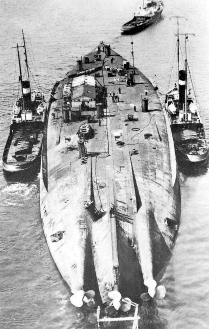 A német Bayern csatahajót kiemelése után így, felborult állapotban vontatták Scapa Flow-ból Rosyth-ba.