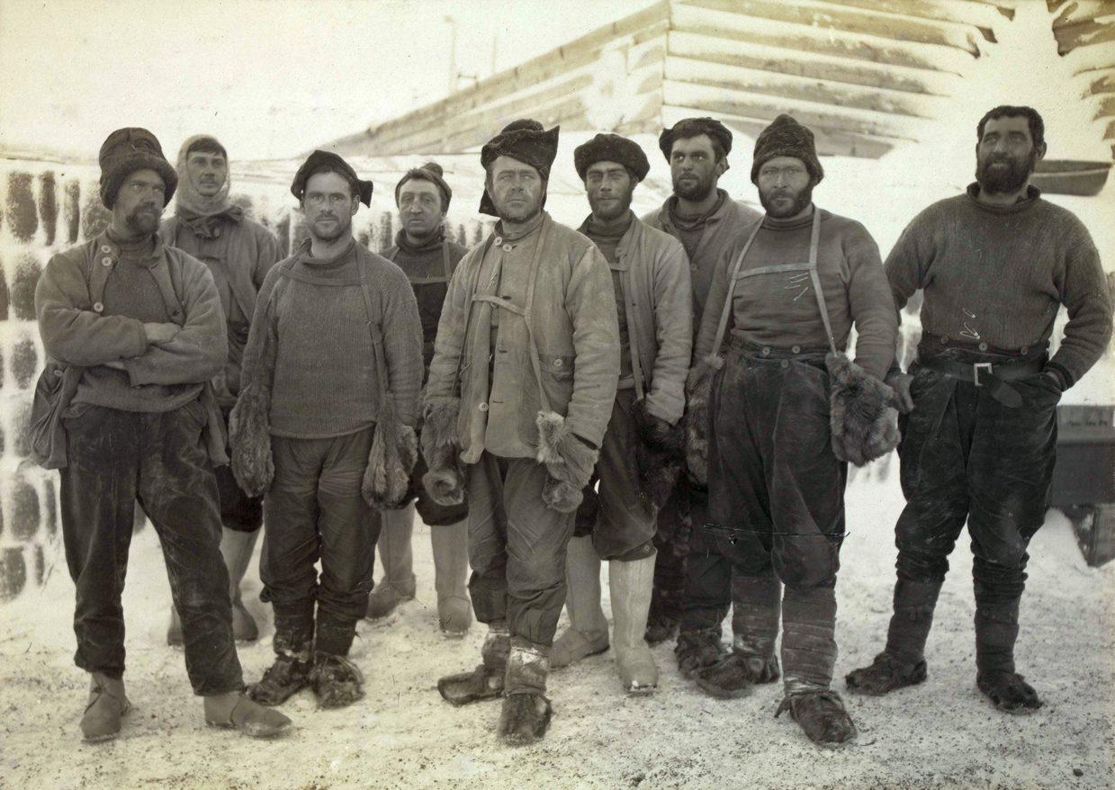 Az expedíció résztvevőinek egy csoportja. Középen elöl a parancsnok, Robert Scott.
