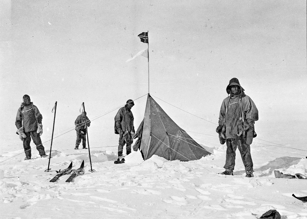 A csalódott felfedezők Amundsen sátra körül, a Déli-sarkon.