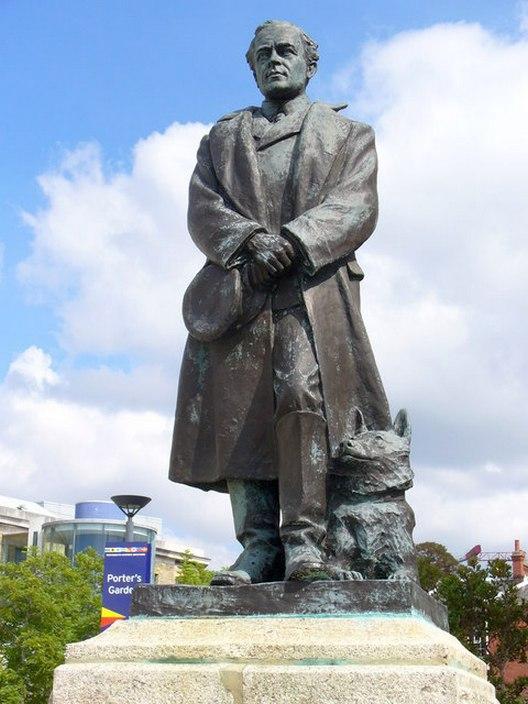 Scott egyik emlékműve. A szobor özvegyének a munkája, így a lábánál heverő kutya valószínűleg nem fekete humornak lett szánva.