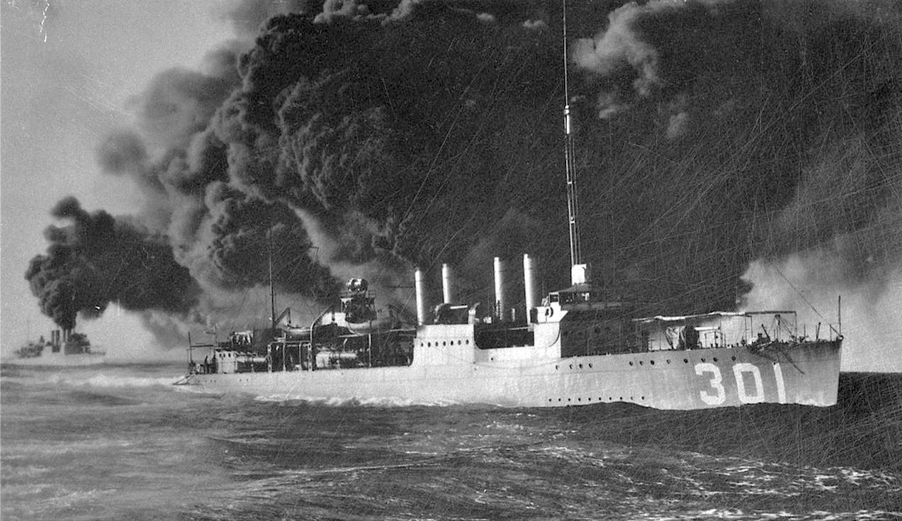 A kötelék egyik rombolója, a Somers, egy hadgyakorlaton füstöt fejleszt.