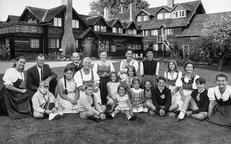 A Trapp család 1965-ben, a vermonti ház előtt. class=