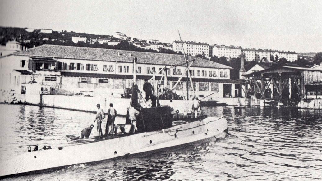Az U-12 a polai támaszponton.