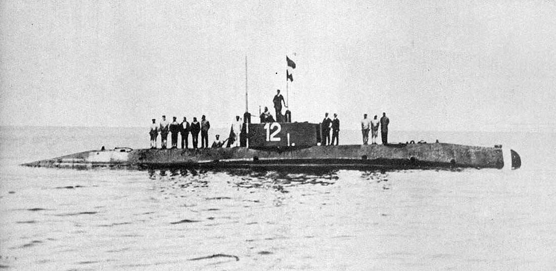 Az U-12, és legénysége.