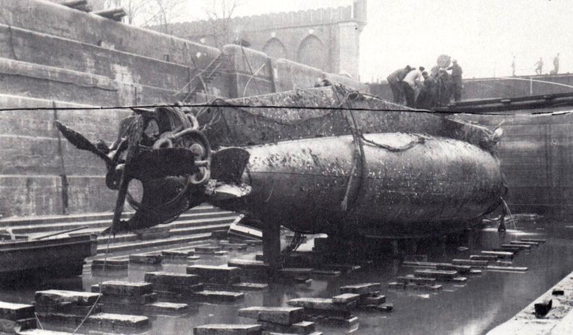 Az U-12 roncsa, nem sokkal a kiemelés után.
