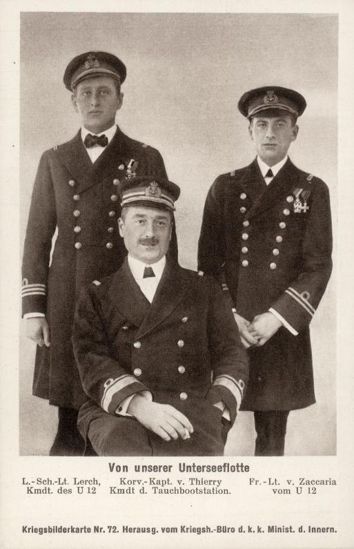 A képen elöl Franz von Thierry, a tengeralattjáró flottilla parancsnoka, mögötte balra Egon Lerch, jobbra pedig Ernst Zaccaria, az U-12 elsőtisztje.