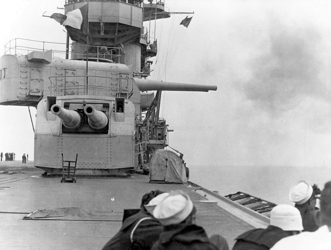 A kezdeti időszakban nemcsak a németek tekintették fontosnak az anyahajókon telepített erős tüzérséget. A Lexington hátsó, 203 mm-es lövegtornyai.
