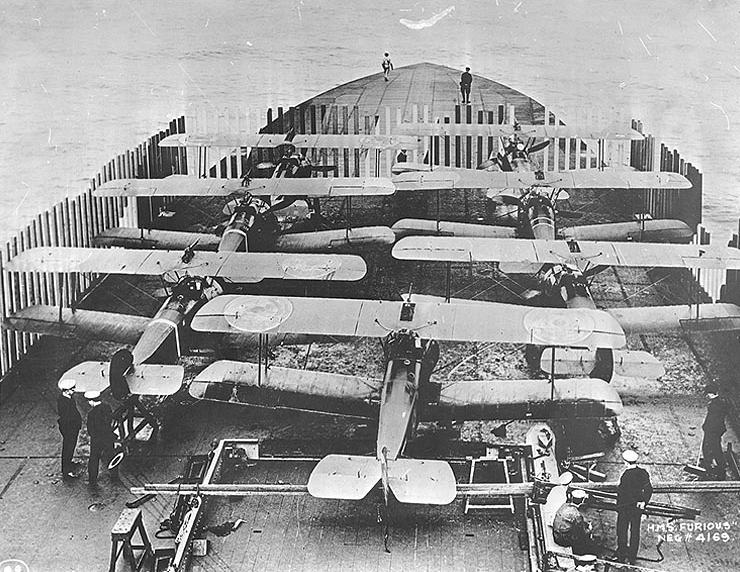 Indításra felkészített repülőgépek a Furious fedélzetén, 1918-ban.