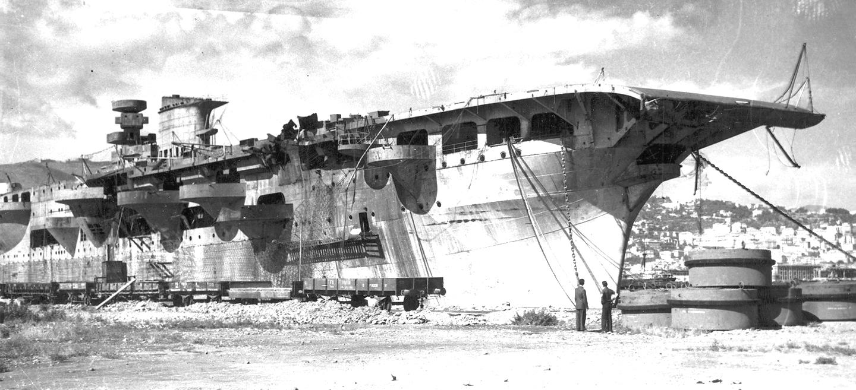 A genovai kikötőben veszteglő Aquila a háború után.