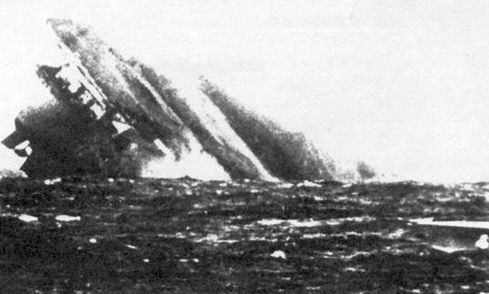 Az oldalára dőlt, süllyedő Graf Zeppelin.