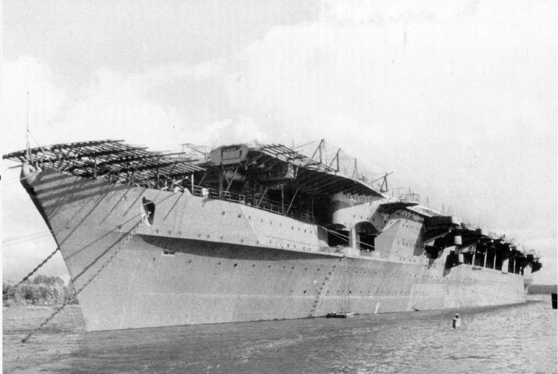 A Graf Zeppelin 1946-ban, a kiemelése után. Az orr részen látható rácsozat az álcahálókat tartotta.