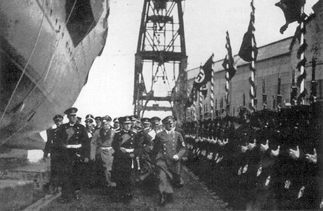 Hitler vezér és kancellár kíséretével megérkezik a vízrebocsátási ünnepségre.