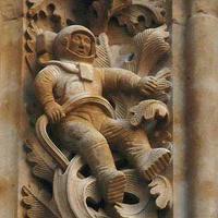 Mit keres egy űrhajós figura egy 12. századi spanyol katedrális homlokzatán?