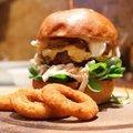 Juhtúrós, karamellizált hagymás házi hamburger