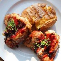 Lassú tűzön grillezett, snidlinges csirkecombok lapított burgonyával