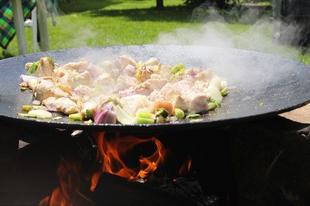 Tárcsán grillezett csirkemell négyféle hagymával, májjal és parázsban sült burgonyákkal