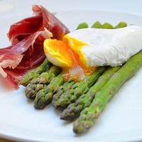 Spárgareggeli 1. Posírozott tojás iberico sonkával és spárgával