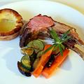 Rozmaringos bárányborda Yorkshire puddinggal és grillezett zöldségekkel